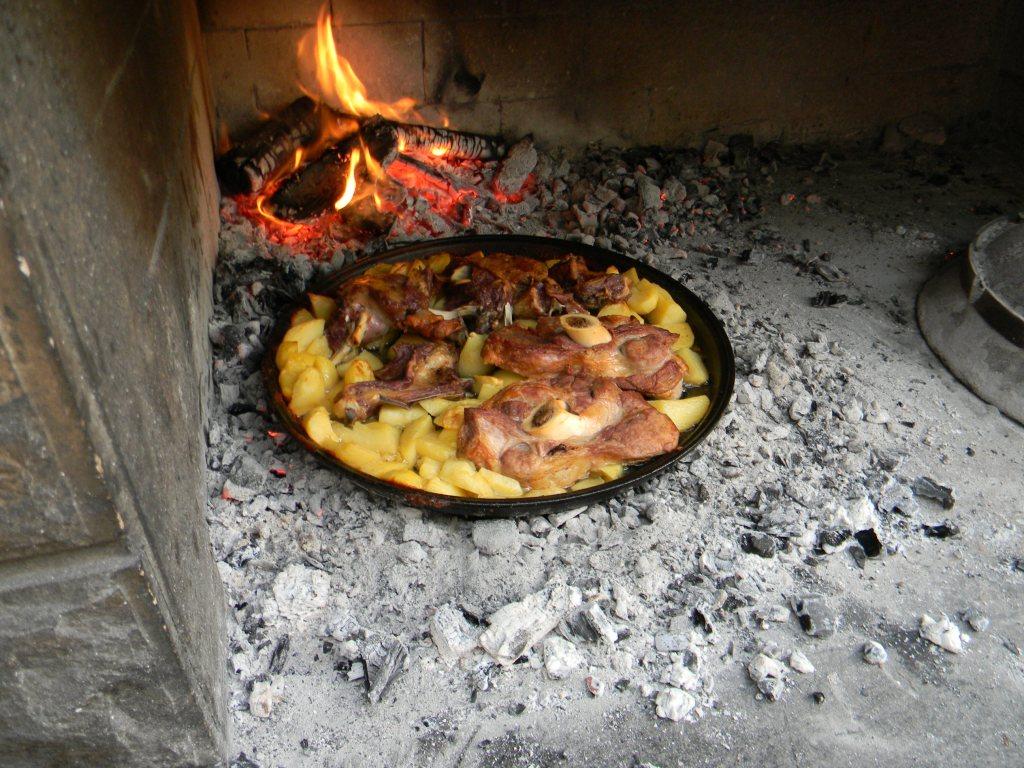 Teletina i janjetina sa krumpirima – Konoba Škojera Trpanj